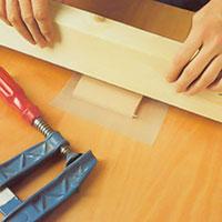 Lägg en spännkloss ovanpå och överst en regel, som pressas hårt med skruvtvingar