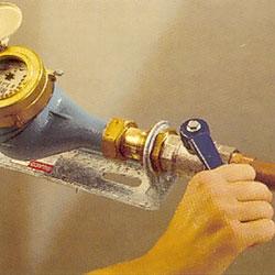 Öppna blandaren över diskbänken och låt allt vatten i ledningen rinna ut