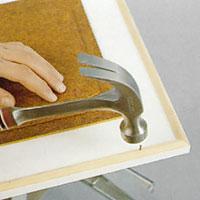 Limma och stifta listerna längs köksluckans kanter
