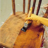 Stryk med en blandning av terpentin och kokt linolja på träet