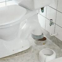 Ta av golvhuven som du kan använda till den nya toaletten