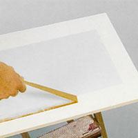 Ta bort maskeringstejpen så snart du målat färdigt så att den inte fastnar i färgen