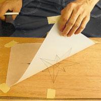 Dra loss all tejp och lyfter bort ritpapperet