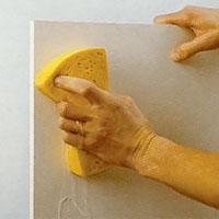 Tvätta köksluckorna med målarsoda och skölj noga efter tvättningen