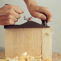 Stöd arbetsstycket med en träbit för att undgå splintning