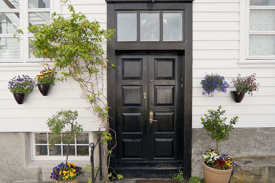 Ytterdörr med dörrhandtag av mässing