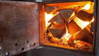 Elda med ved i kamin