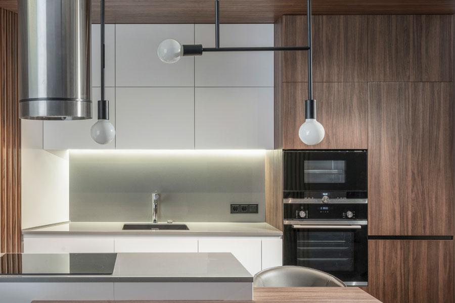 Köksluckor med vita luckor och skåp av träimitation
