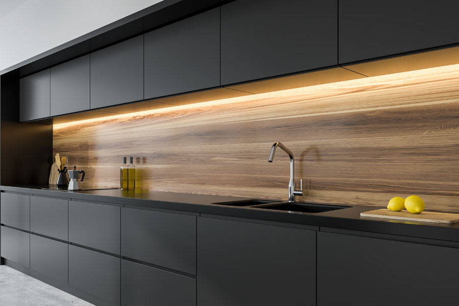 Modernt kök med luckor och skåp av svart laminat