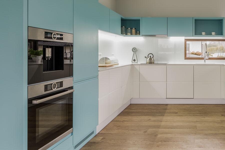 Köksluckor och skåp av vit och turkos laminat