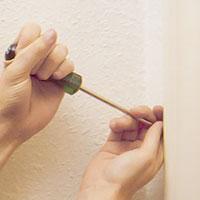 Knappkontakten på väggen mot dörrens låssida