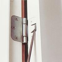 I nyare hus med snap-in-gångjärn måste du lätta på låstungan med en skruvmejsel