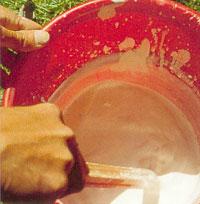 Vid andra till sjunde strykningen ska du röra om i kalkblandningen och använda kalkmjölken