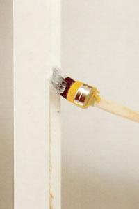 Använd en rund pensel och stryk på grundfärgen