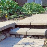 Marksten av betong, trädgårdsplattor och natursten i kombination