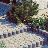 Rund betongsten som betongkubb med färgad sten till trappnos