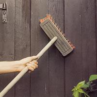 Använd en piassavakvast när du borstar bort damm och lösa partiklar