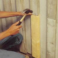 Använd brädstumpen som mall när du sågar till ersättningsbrädan.