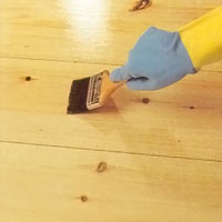 Trägolv och trösklar behandlas ofta med härdande klarlack