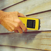 Kontrollera att det är tillräckligt torrt att målas med en fuktkvotsmätare.