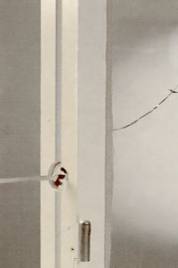 Lossa skruvarna till skruvbrickan som håller ihop fönstret.