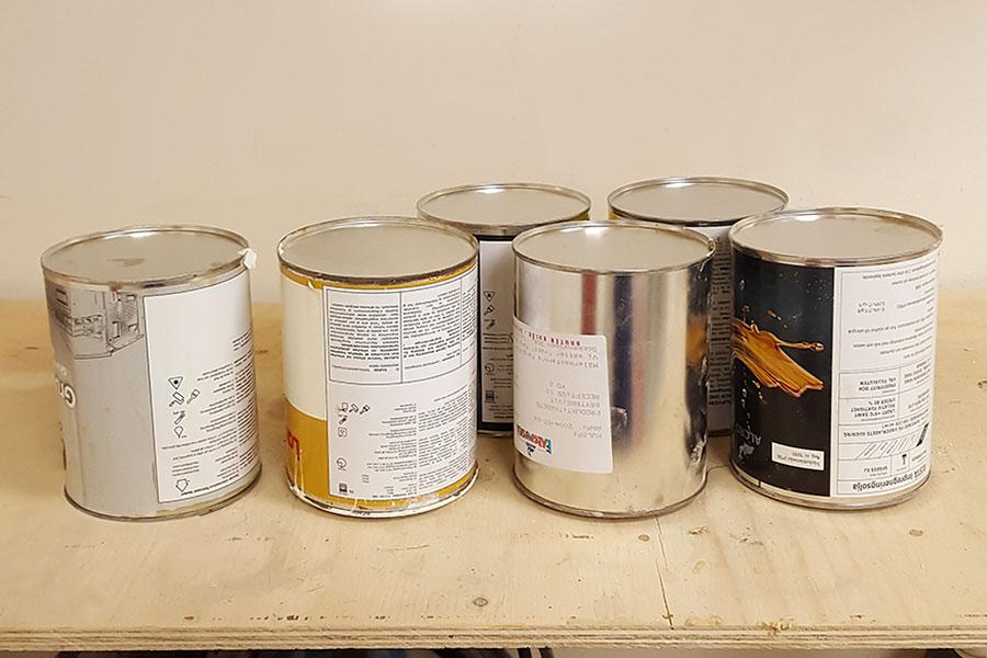 Förvaring av målarfärgsburkar