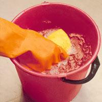 Tvätta ytan med målartvätt och skölj noga med många vattenbyten