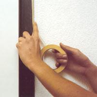 Maskera alla dörrfoder och fönster med maskeringstejp