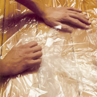 Täck alla ytor med plast eller täckpapper