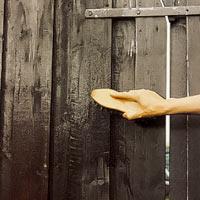 Rengör ytan med målartvätt och borste