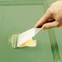 Sedan kan du skrapa loss färgen med en spackel