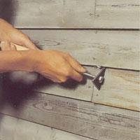 """alt=""""Var särskilt noga med att skrapa vid skarvar mellan panelbrädorna."""""""