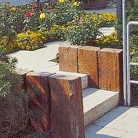 Slipers som mur till trädgårdstrappa