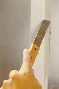 Doppa kittkniven i kallt vatten och jämna ut kittet