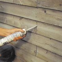 Täta alla sprickor, springor och kvisthål i träet med akryltätmassa