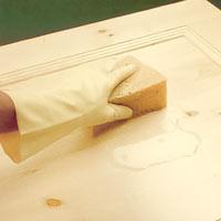 En lackerad yta ska du först tvätta med sodalösning