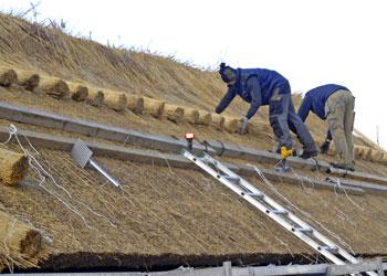 Hantverkare som lägger vasstak