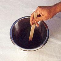 Blanda pulverbets i en skål och häll i angiven mängd vatten