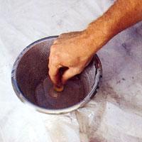 Om du ska betsa mindre föremål kan du doppa dom direkt i betsfärgen