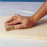 Använd ett fint slippapper och slipa i träets riktning när du ska göra förarbetet