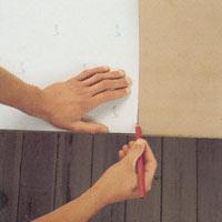 Tapeter med rak mönsterpassning skär du likadant, vid samma mönsterdetalj och på samma sida av våden