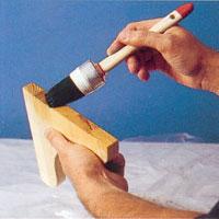 Pensla ändytor och kapytor med vatten innan du penslar på betsfärg så suger det åt sig mindre av färgen