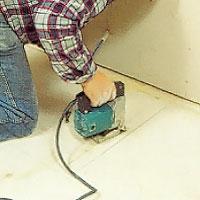 Använd en sticksåg när du sågar hålet i golvet