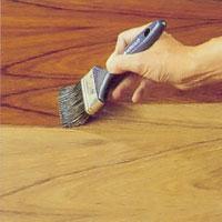 Använd utspädd olja vid första strykningen så tränger vätskan bättre in i träet.