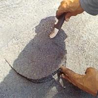 Stryk sedan ut ett skikt asfaltklister där pappen släppt