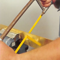 Såga metallen med lövsåg eller bågfil