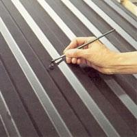 Eventuella repor och montageskador lagas med bättringsfärg och streckpensel