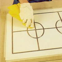 Ta bort limrester från blyinfattningen med en ren trasa
