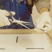 Dela blyremsan med sax eller kniv