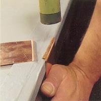 Bocka först båda arbetsstyckenas fogkanter i rät vinkel.